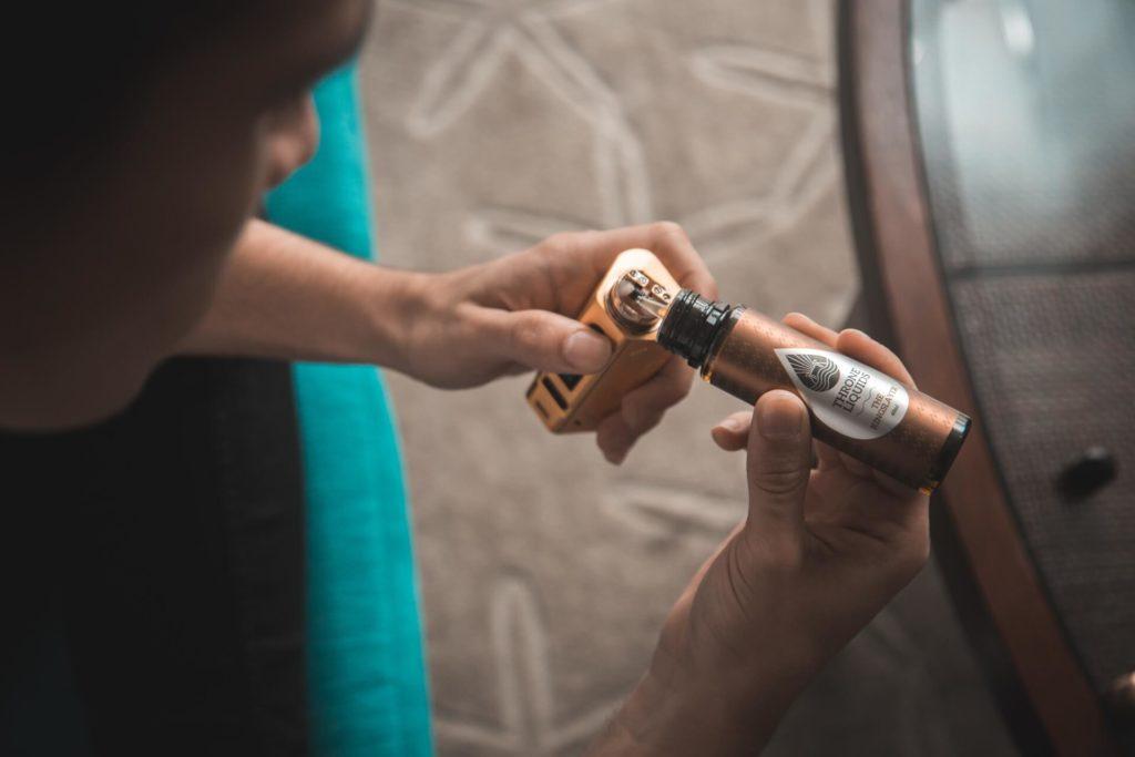 E-Liquid bei der E-Zigarette nachfüllen